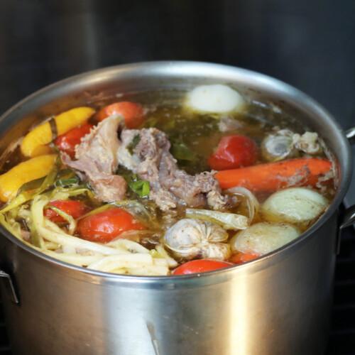 大きな鍋で煮込まれている牛肉と野菜