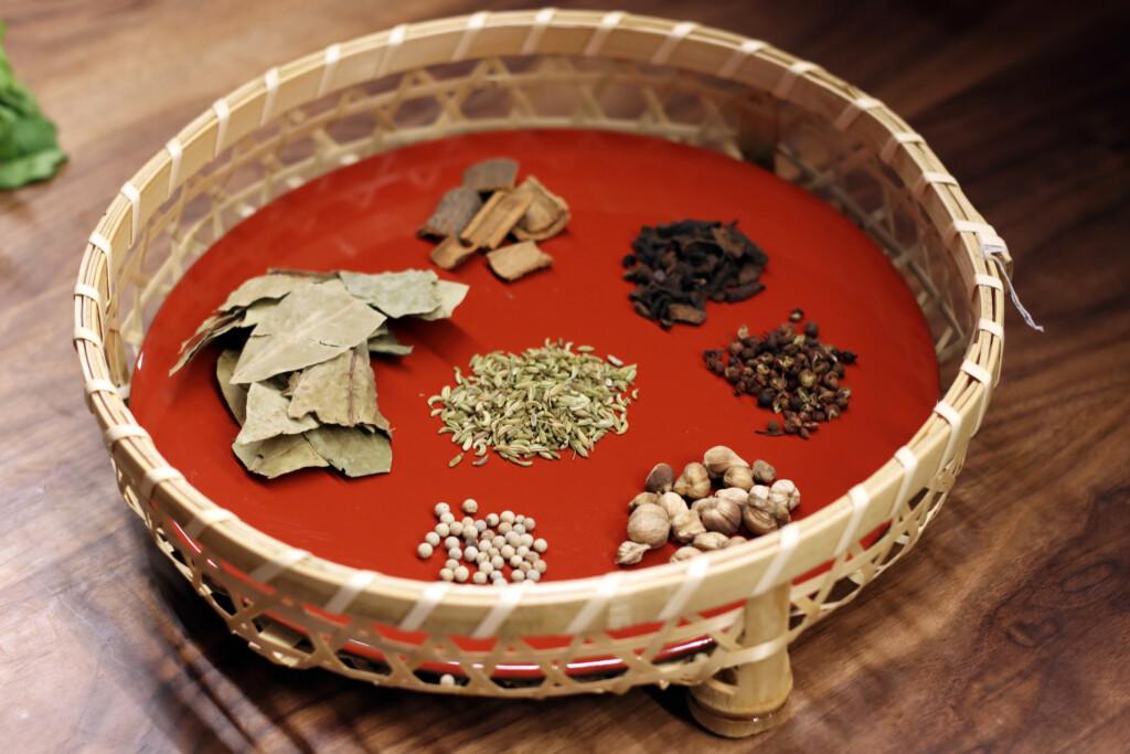 器にのせられた漢方食材