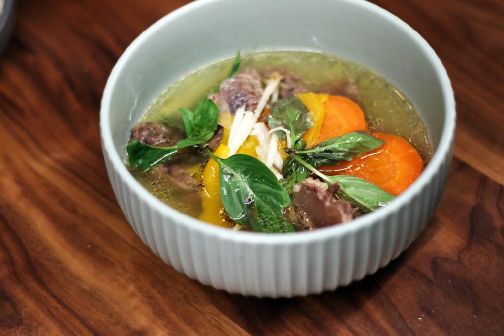 器に盛りつけられた台湾風牛肉スープ