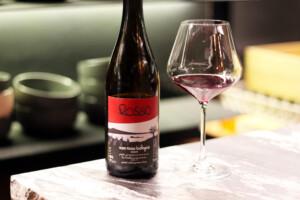 イタリアの自然派赤ワインのボトルとワイングラス