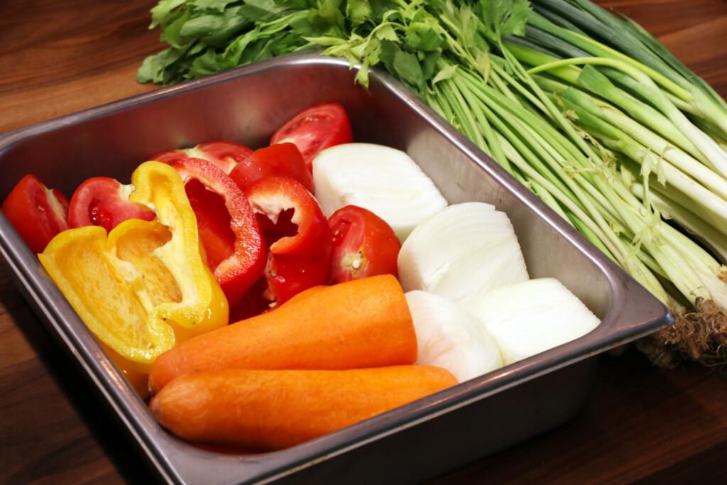 バットに入れられたたくさんの野菜とネギ、セロリ