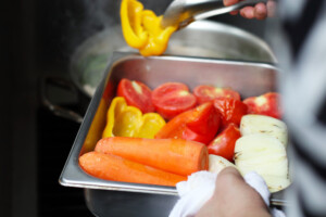 オーブンで軽く焼いた新鮮な野菜
